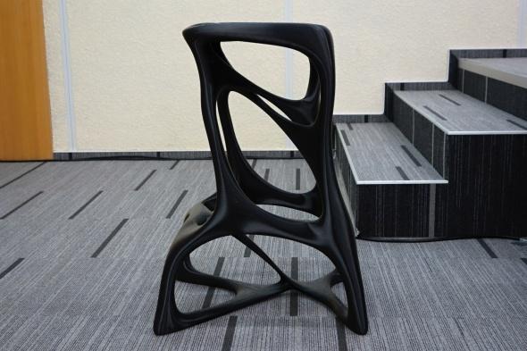 … ale přivezla ukázat i příklad zajímavé realizace: plně funkční židli Alien chair vážící 6,5 kilogramu, vytištěnou z termoplastu ABS (foto: Tomáš Vít)