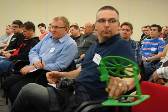 … jehož vývojové prototypy si mohlo osahat i publikum v sále (foto: Tomáš Vít)