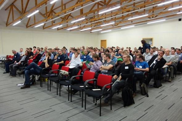 Zájem o jednodenní konferenci výrazně předčil kapacitní možnosti sálu o 120 místech. Velké množství posluchačů přitom samo 3D tiskárnu doma či v práci provozuje (foto: Tomáš Vít)