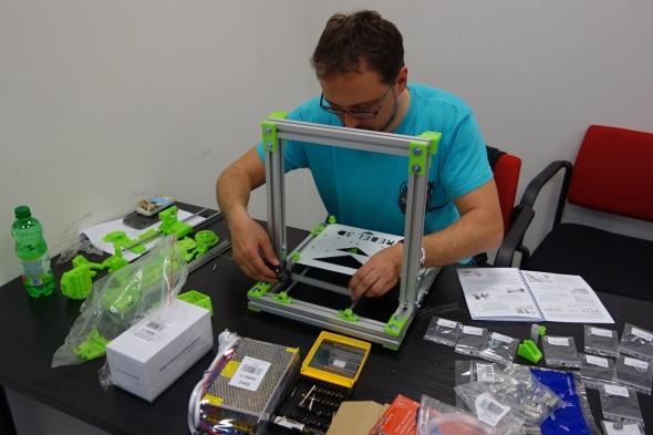 Na workshopu si mohli zájemci – za doprovodu zkušených tvůrců – sestavit a oživit tiskárny Rebel II (foto: Tomáš Vít)