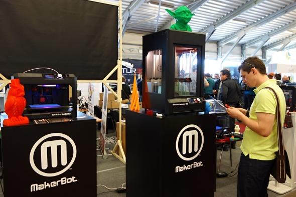 K vidění byly jak stavebnice s cenou již od deseti tisíc, tak i mnohonásobně dražší stolní tiskárny mířící na pokročilé a profesionální uživatele. Chybět tak rozhodně nemohl ani MakerBot na stánku MCAE Systems (foto: Tomáš Vít)