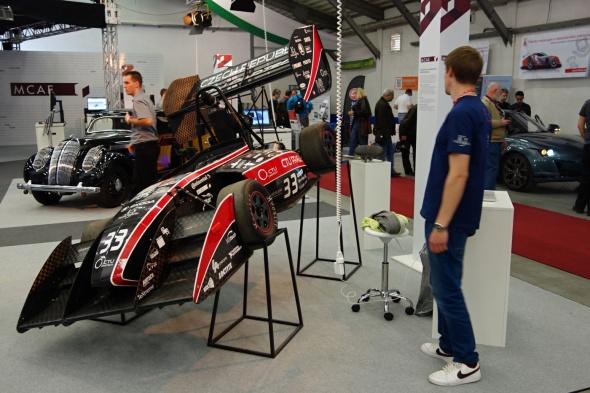 Všechny příznivce moderních technologií i rychlých a krásných vozů musela potěšit velká expozice MCAE Systems (foto: Tomáš Vít)