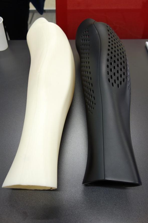 Tým 3Dees představil prototyp a finální model na míru připraveného krytu nožní protézy, jehož poloviny drží pohromadě silné magnety (foto: Tomáš Vít)