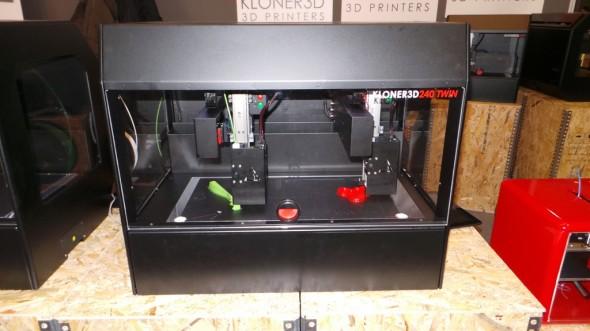 Kloner3D 240Twin nabízí hned dvě nezávislá tisková ramena, které pracují buď samostatně, nebo i na stejném modelu (zdroj: Clevertek)
