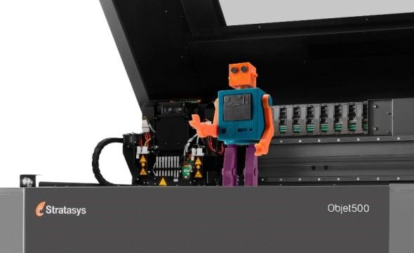 První tiskárnou, která má z hladkého propojení konstrukčního softwaru a profesionálního tiskového hardwaru těžit, je vícebarevné a vícemateriálové zařízení Objet500 Connex3 (model připravený v PTC Creo 3.0; zdroj: Stratasys)
