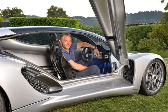 Šéf týmu vývojářů Kevin Czinger se chlubí výraznou úsporou materiálů a snížením emisí oproti výrobě v tradičních automobilkách (zdroj: Divergent Microfactories)