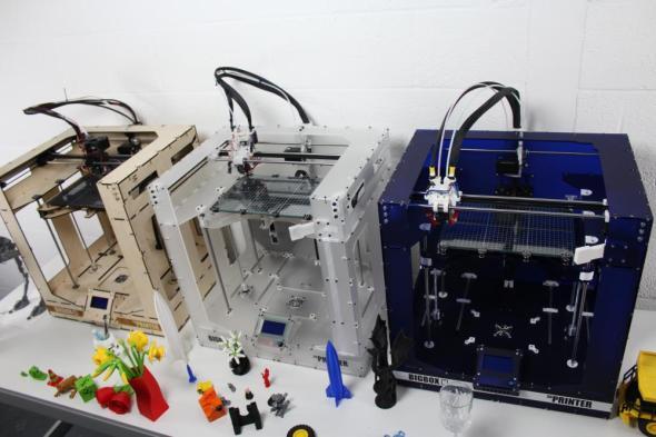 Prototypy nové tiskárny se skříní z různých materiálů (zdroj: BigBox3D)