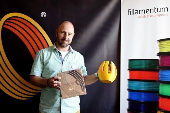 Ředitel Josef Doleček ukazuje nové balení cívek a jeden z dlouhé řady modelů, které ve firmě v rámci testování tisknou