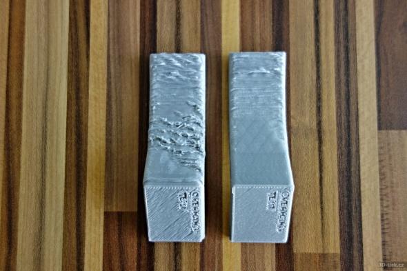 Během testu kvality spodního povrchu přesahů vynášených bez podpor jsme se definitivně rozhodli pro vypnutí výhřevu podložky u materiálu PLA (vpravo již tisk na modrou pásku, bez výhřevu podložky)