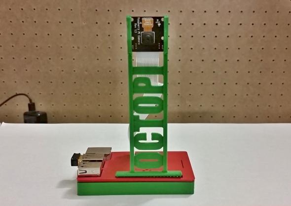 Malá kamerka pro miniaturní počítač Raspberry Pi se postará o váš přehled, co se děje na tiskové podložce (modely: stojánek na kamerku od autora tohoto článku; kompaktní pouzdro na Raspberry Pi – Jose Om)