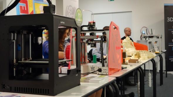 Zatímco program konference představil nejmodernější aditivní technologie pro průmyslovou výrobu, výstava přímo v sále nezapomněla ani na stolní 3D tiskárny – od Zortraxu M200 (vpředu; redakční test najdete zde) až po nový dvoutryskový Kryal Cube českého tvůrce Petra Bláhy (vzadu)