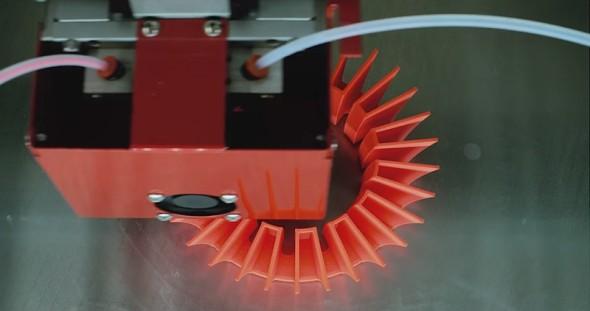 Dvojice extruderů umožňuje souběžně používat dvě barvy – nebo i dva různé materiály (foto: Be3D)