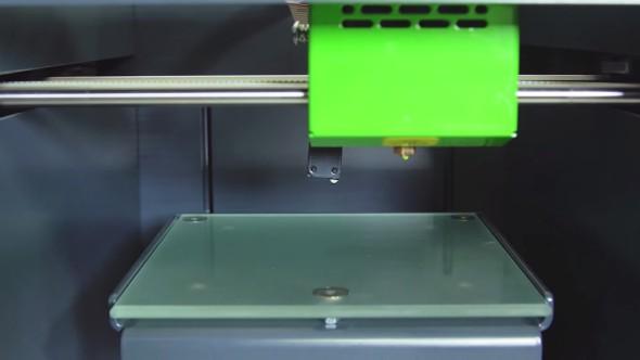 Kalibrace podložky probíhá díky výklopné sondě automaticky před každým tiskem