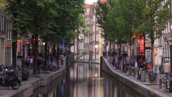 Tým MX3D chce s pomocí robotů vytisknout kovovou lávku nad kanálem v centru Amsterdamu (zdroj: mx3d.com)