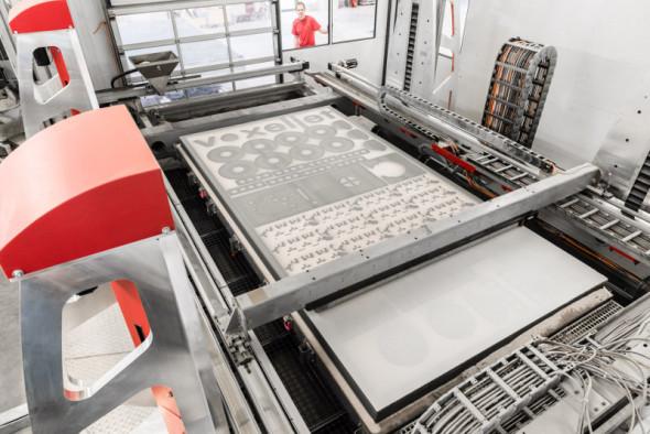 Průmyslová tiskárna VX4000 si poradí s jak s obrovskými díly, tak s tiskem mnoha součástí v jediném kroku z jemných sypkých materiálů (foto: Voxeljet)