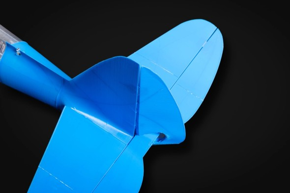 Thunderbolt létá ještě lépe než menší souputníci (i díky pohyblivému kormidlu z obrázku) a s přesahujícím trupem v prostoru pod křídlem se s ním také pohodlněji přistává