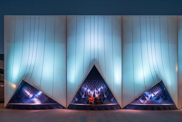 Ve výklencích zvýrazněných modrou barvou jsou lavičky – opět vytištěné na velkoformátové 3D tiskárně (zdroj: DUS Architects)