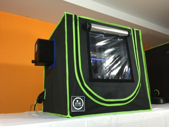 Nová, odlehčená verze sází na levnější materiály, zachovává nicméně filtraci vzduchu z uzavřené tiskové komory (foto: 3DPrintClean)