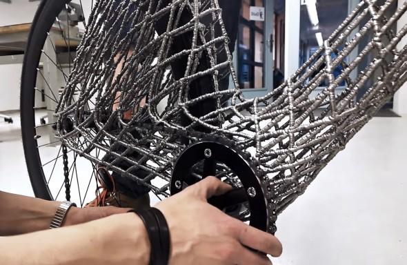 Klasický řemenový převod vede mezerou vrámu tvořeném navařovanou kovovou sítí (obr.: Arc Bicycle)