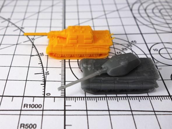 Miniaturní tanky patří mezi náročnější výtisky, ale ty z obrázku zvládla běžná stavebnice 3D tiskárny s tryskou průměru 0,4 milimetru (autor modelu: m_bergman, výtisk a foto: Tomáš Vít)