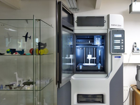 Největší FDM tiskárnou v centru je Fortus 250mc, jehož doménou jsou především středně velké modely z ABS
