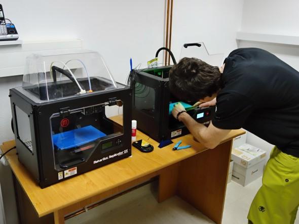 Chybět v Olomouci nemohou ani stolní FDM/FFF tiskárny, které zastupuje nestárnoucí dvojice dvojextruderových MakerBotů Replicator 2X