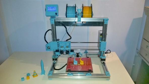 Stolní 3D tiskárnu Poseidon Duo sdvěma extrudery a základním tiskovým objemem 200 × 200 × 250 milimetrů je možné zakoupit za 15680 korun. Méně zkušení uživatelé mohou pro stavbu využít workshopu sodborným vedením autora, nebo si pořídit tiskárnu už sestavenou a zkalibrovanou za 25990 korun