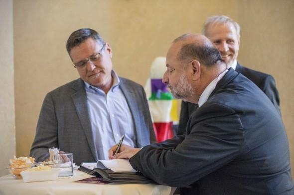 MCAE Systems je členem globální servisní sítě Stratasysu. K podepsání smlouvy došlo ve Strahovském klášteře v Praze. Vlevo Jeff Hanson (Stratasys), Miloslav Drápela (vpravo) a Daniel Adam (vzadu; oba MCAE Systems)