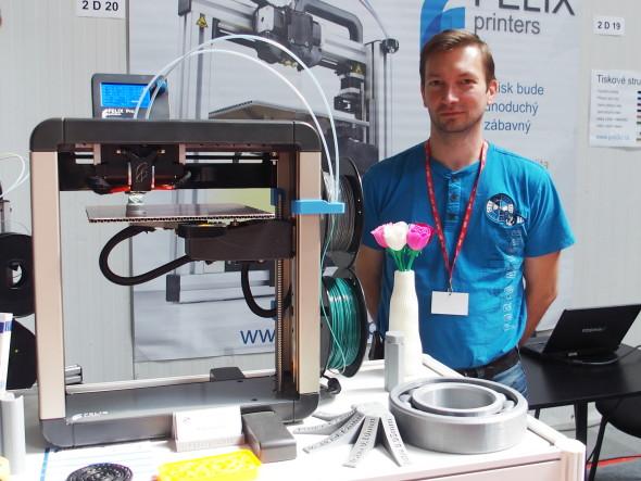 Zajímavý přístup kvícematriálovému tisku sedvěma tryskami představila na 3Dexpu tiskárna Felix Pro 1, která mj. obsadila i výborné třetí místo vletošním Souboji 3D tiskáren. Druhá tryska, není-li využívána, se automaticky mechanicky odklopí, čímž se mj. zamezí riziku kolize svýtiskem