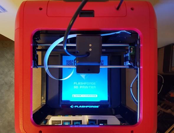 Na nevyhřívanou, zato prakticky vyjímatelnou tiskovou podložku lze tisknou modely o max. velikosti 140 × 140 × 140 mm