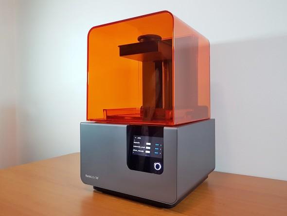 Form 2 poznáte podle charakteristického designu s oranžovým ochranným krytem