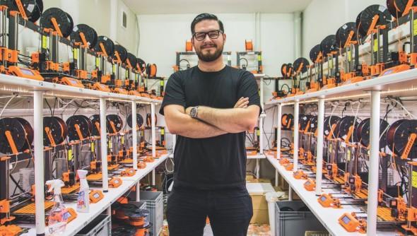 Josef Průša je v současnosti nejúspěšnějším podnikatelem se 3D tiskárnami v Česku. Proto, že na rozdíl od ostatních obsluhuje celý svět