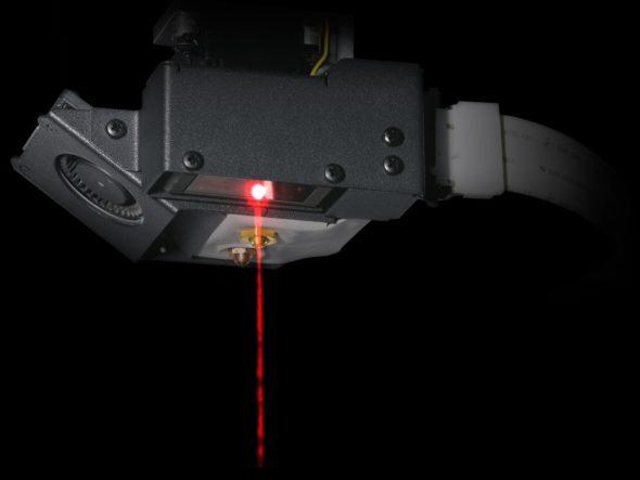 Kontrolní měření s přesností 1 mikrometru v ose Z zajišťuje laserový paprsek průměru 50 mikrometrů (foto: Markforged)